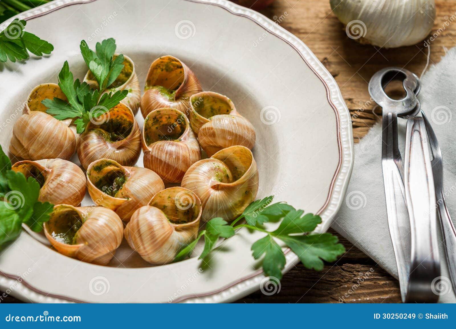 plan rapproch des escargots cuits au four en beurre d 39 ail. Black Bedroom Furniture Sets. Home Design Ideas