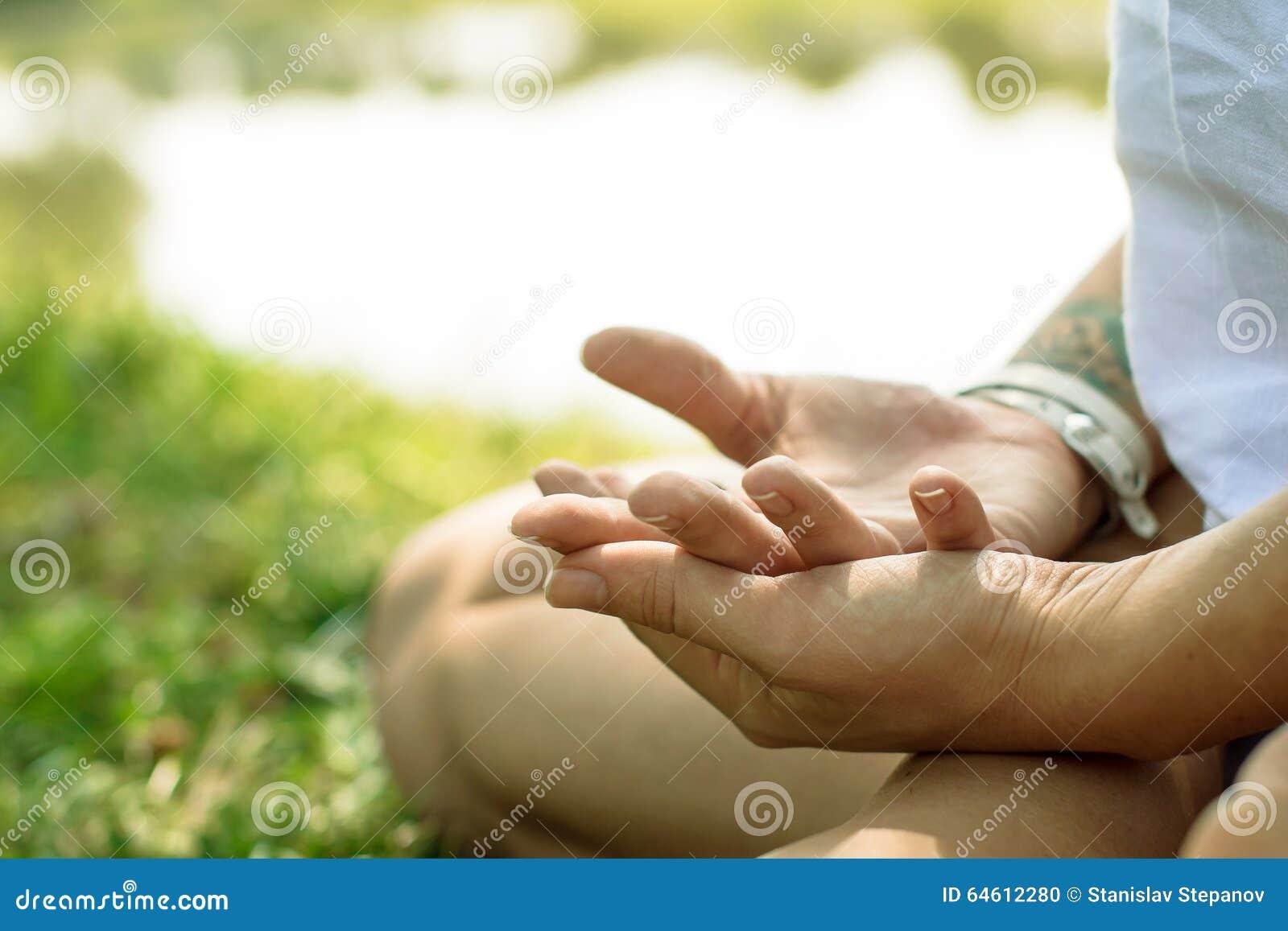 Le plan rapproché des mains femelles a mis dans le mudra de yoga La femme médite