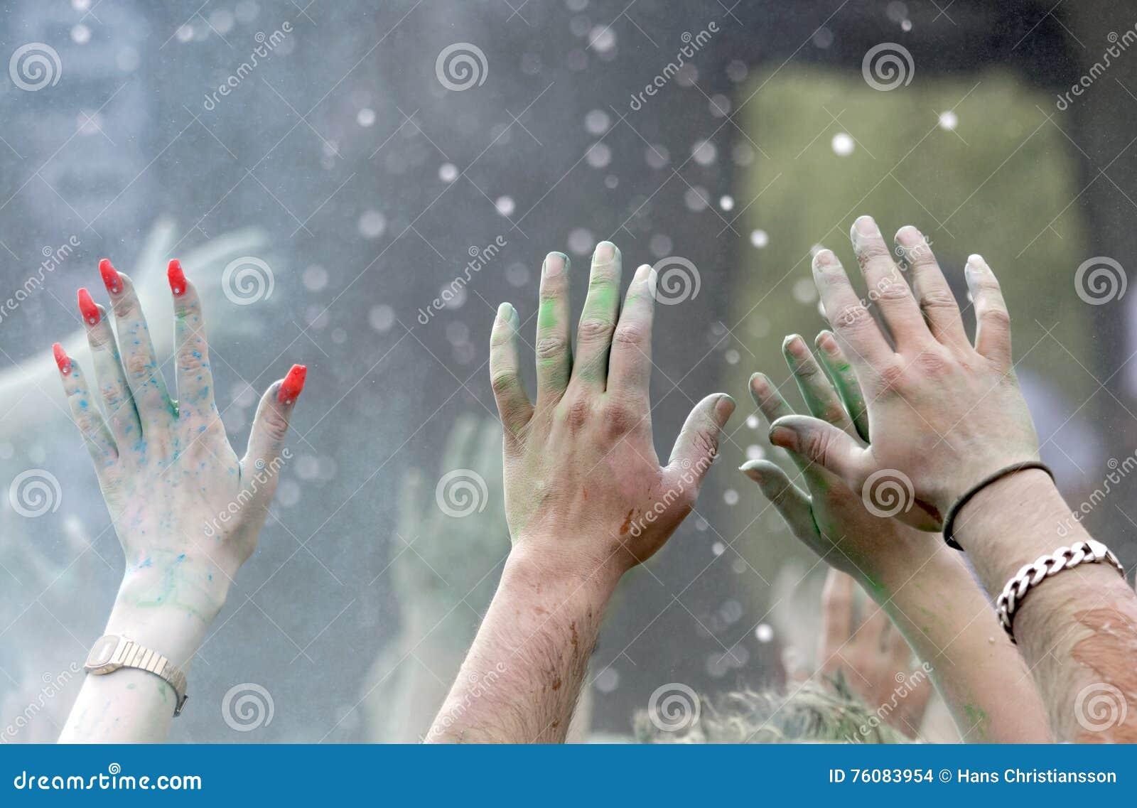 Le plan rapproché des mains heureuses de partie a augmenté dans le ciel
