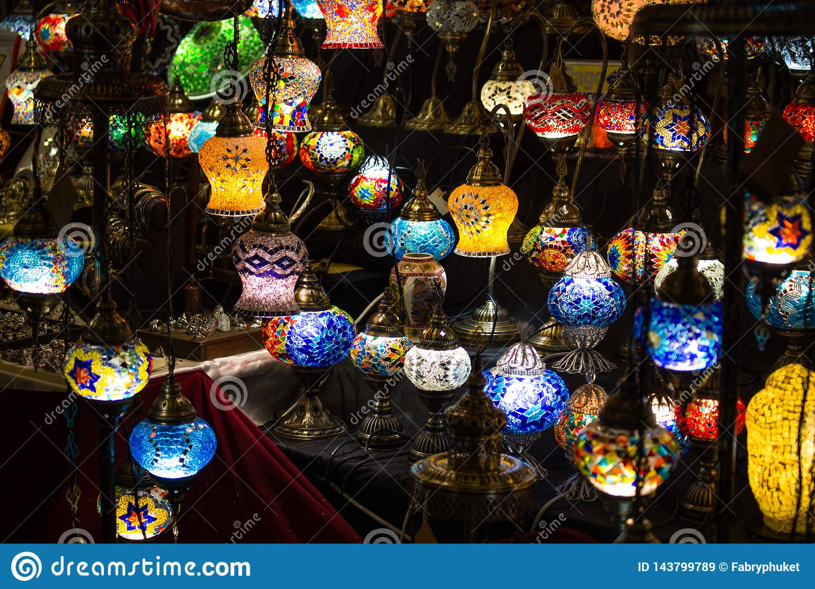 Le plan rapproché du divers rond coloré a formé de rétros lampes en verre dans l obscurité, sur le marché, en tant qu effet de co