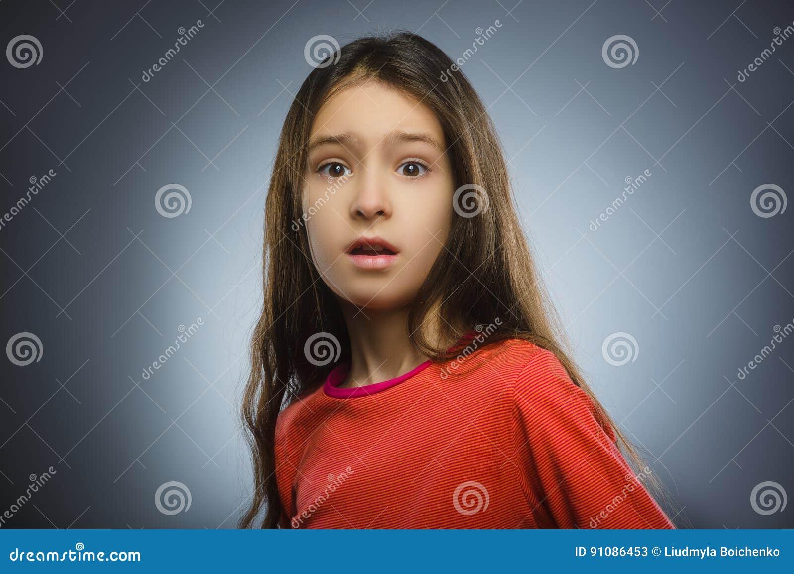 Le plan rapproché effrayé et a choqué la petite fille Expression humaine de visage d émotion