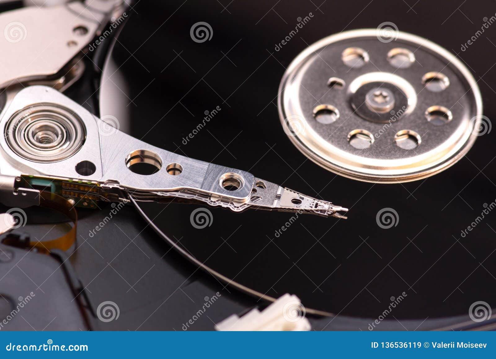 Le plan rapproché a ouvert l unité de disque dur démontée à partir de l ordinateur, hdd avec l effet de miroir