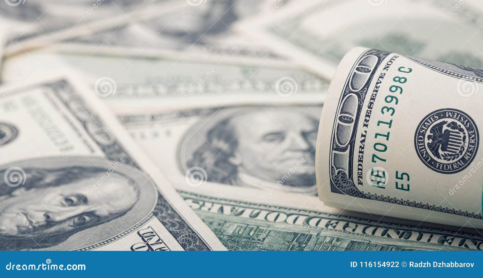 Le plan rapproché a roulé le dollar cent sur le billet d un dollar américain d argent de fond Beaucoup billet de banque des USA d