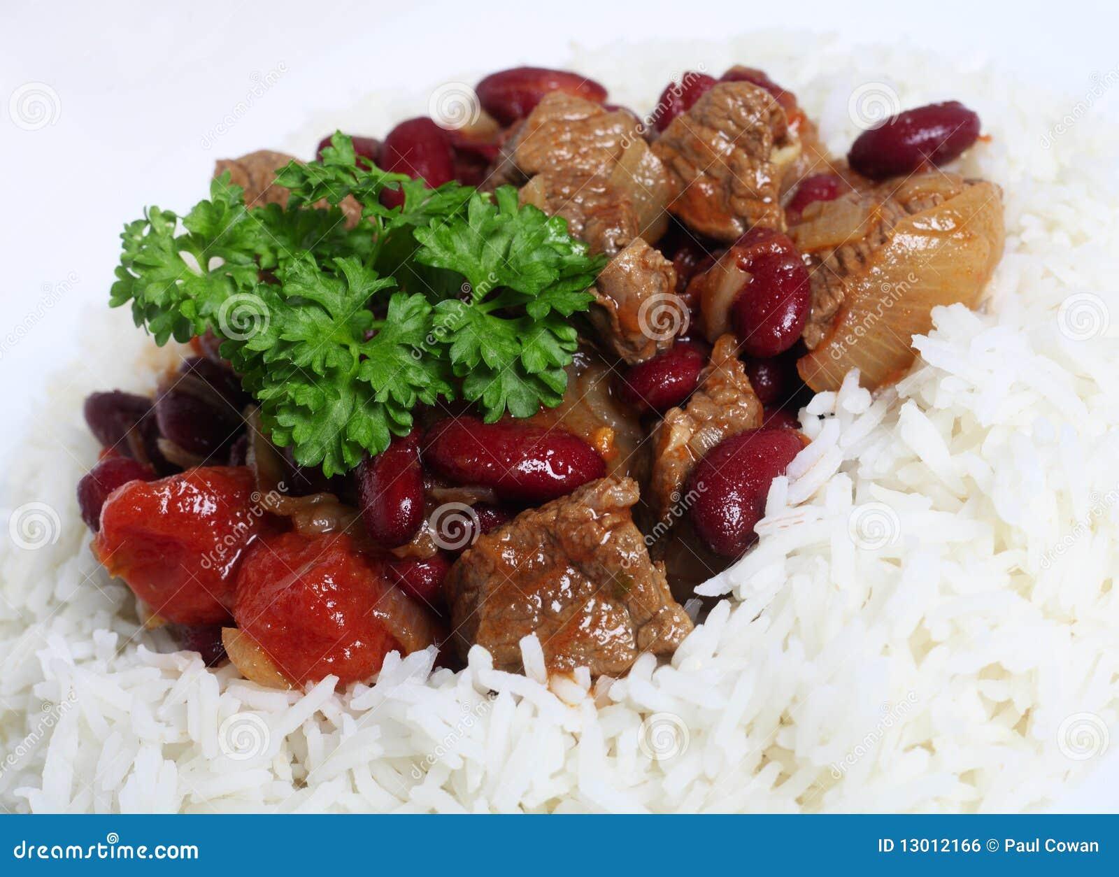 Le plan rapproché sur des s/poivron cuisent dans un bâti de riz