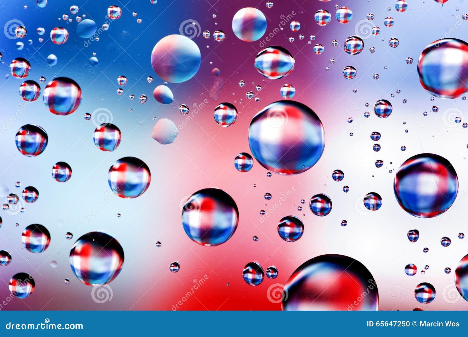 Le plan rapproché sur l eau laisse tomber le fond sur la surface bleue, rouge, blanche