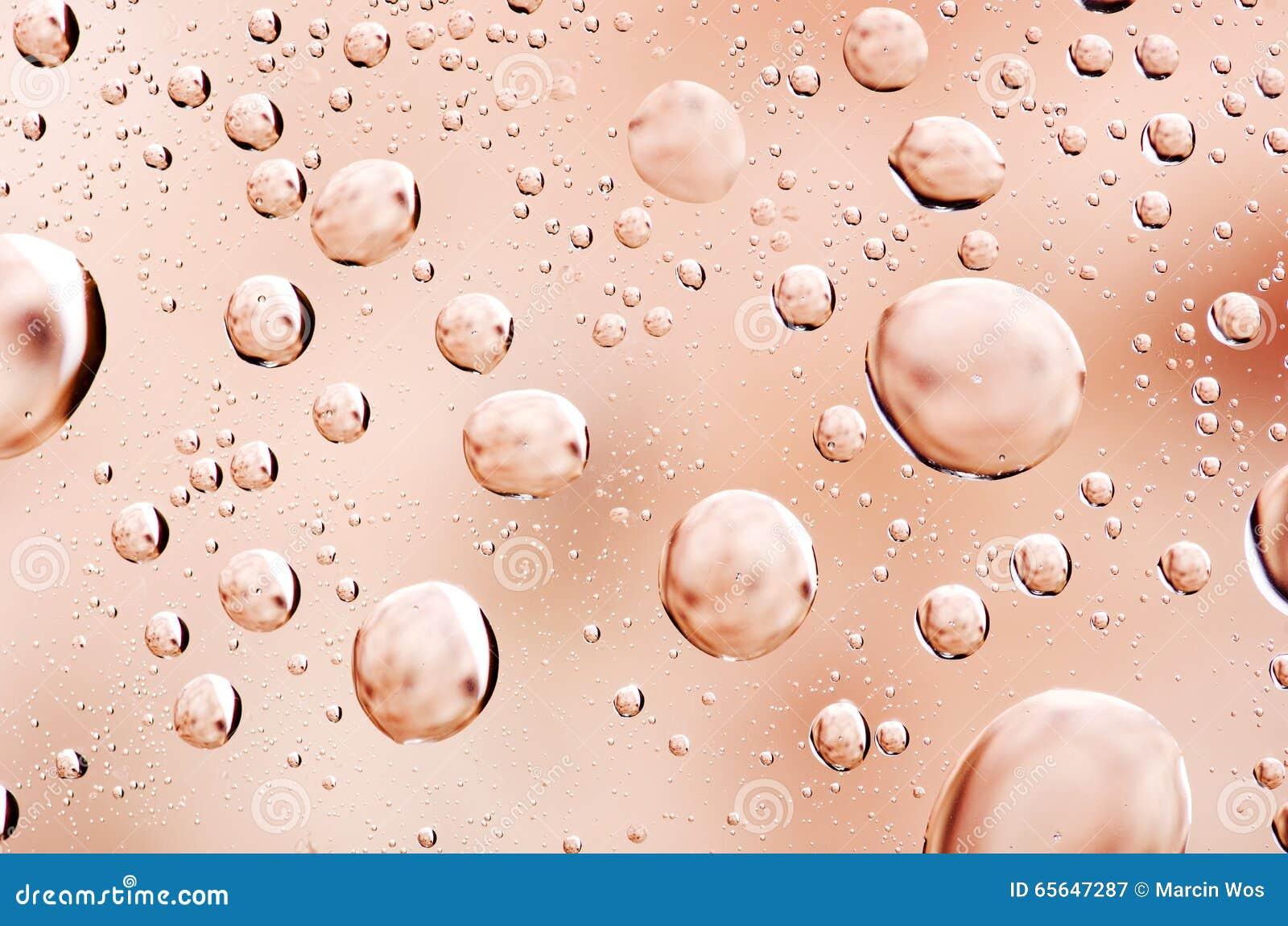 Le plan rapproché sur l eau laisse tomber le fond sur la surface orange Baisse de l eau