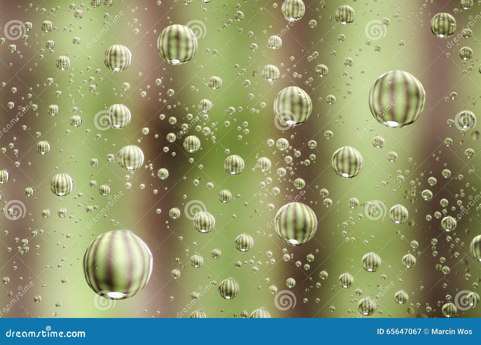 Le plan rapproché sur l eau laisse tomber le fond sur la surface verte Dropl de l eau