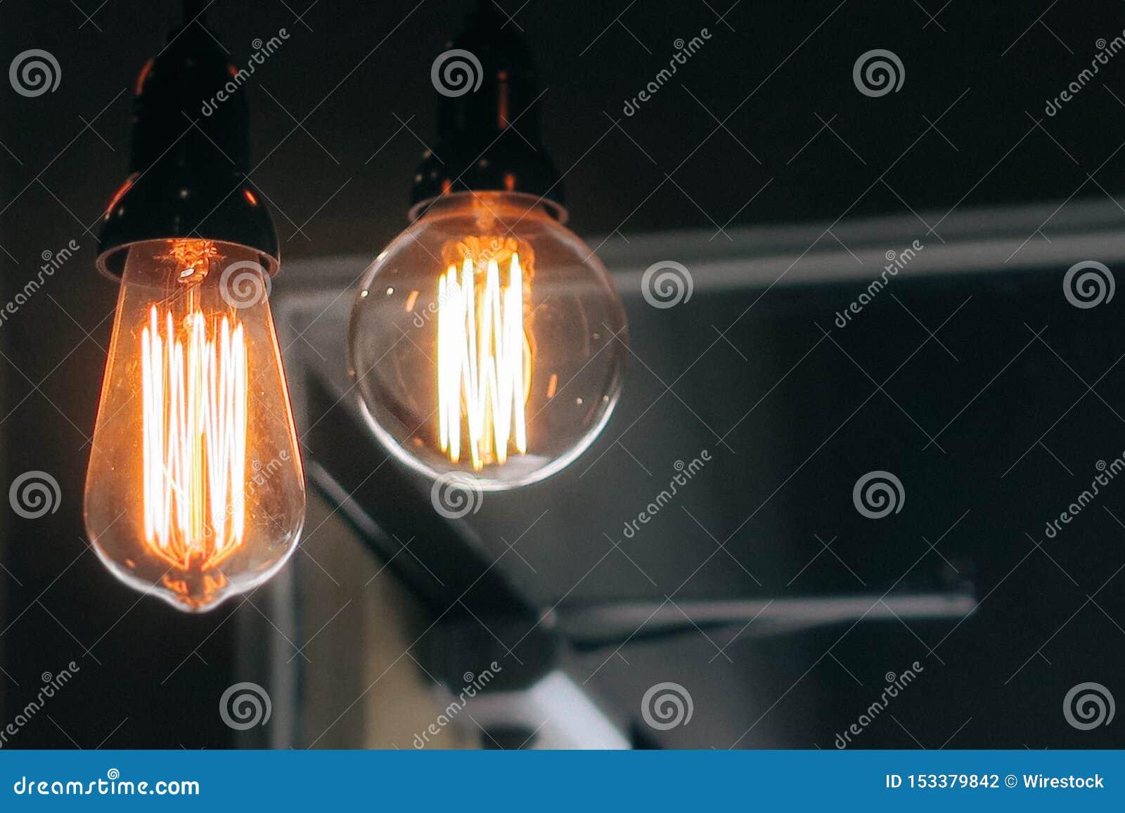 Le plan rapproché tiré de deux a allumé de grandes ampoules sur un fond foncé