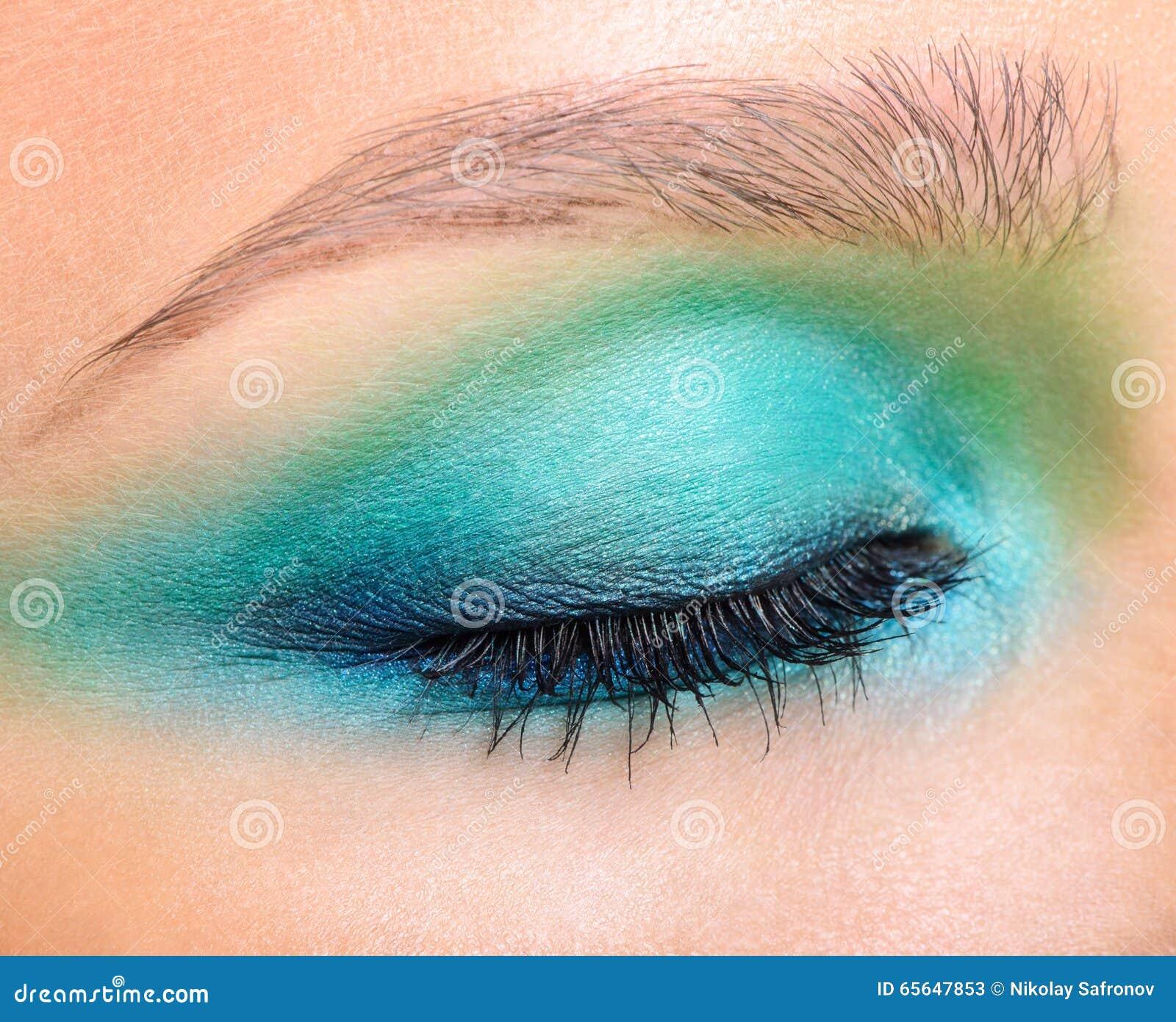 Le plan rapproché a tiré de l oeil et des fronts fermés femelles avec le maquillage de soirée