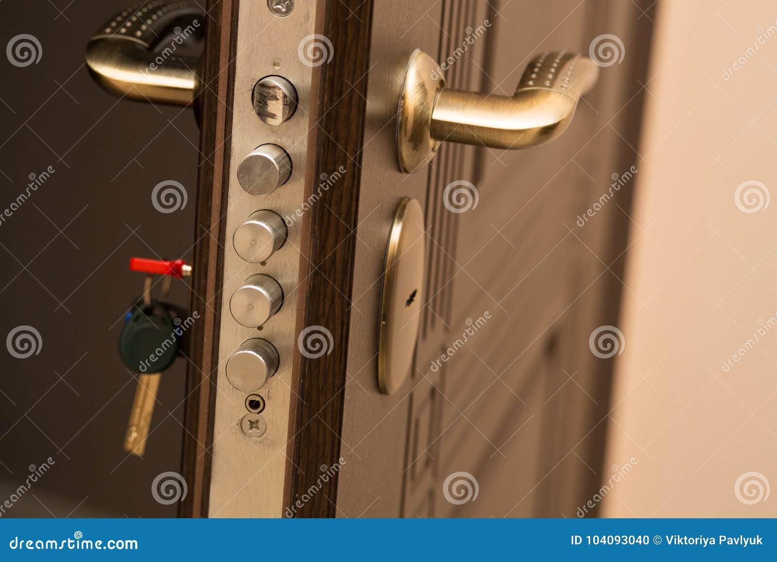 Le plan rapproché a tiré de la serrure de porte moderne avec une clé L espace vide