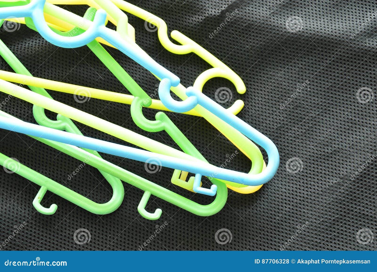 Le plastique coloré vêtx la faim sur le tissu noir