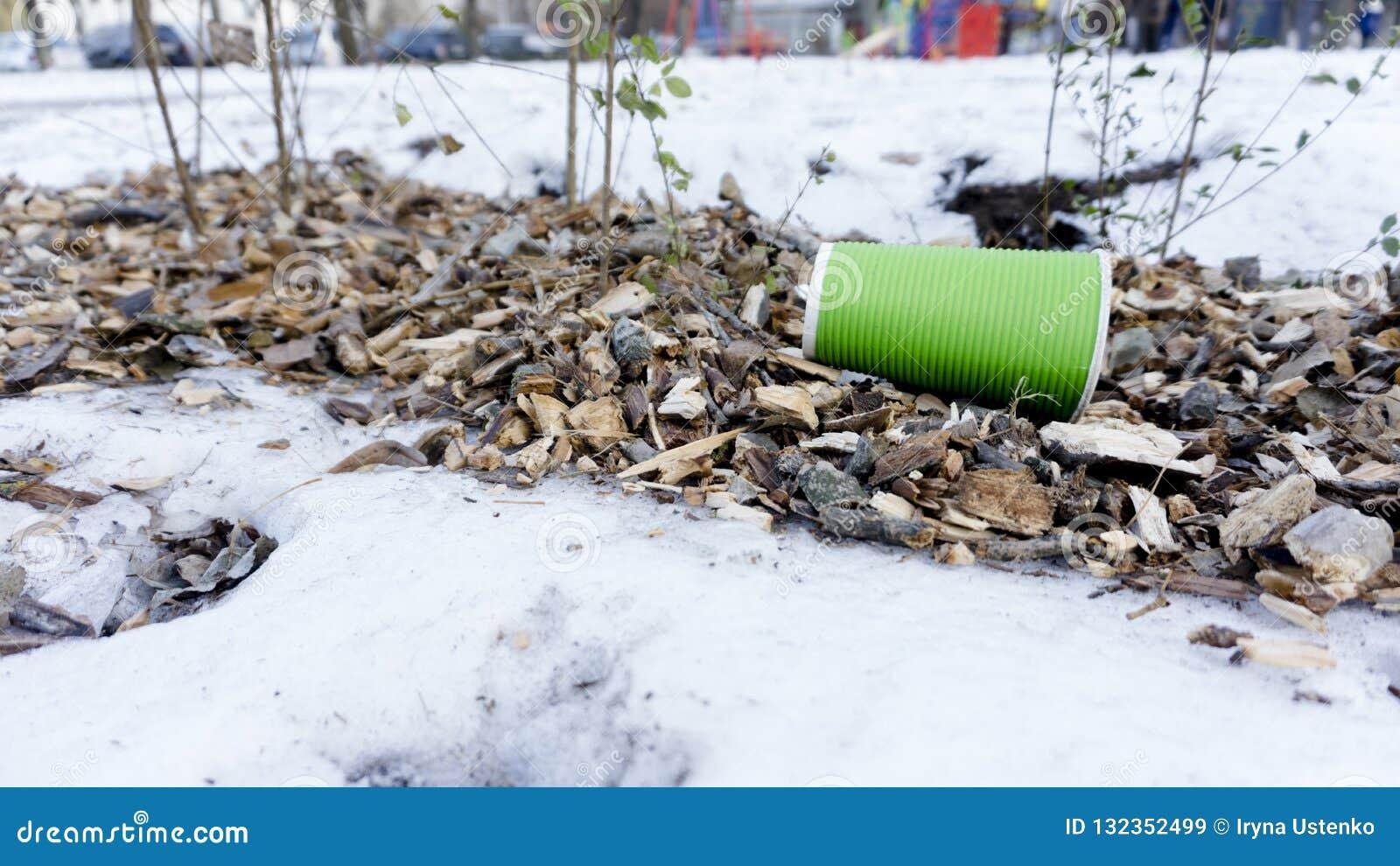 Le plastique emportent la tasse de café comme déchets sur la neige