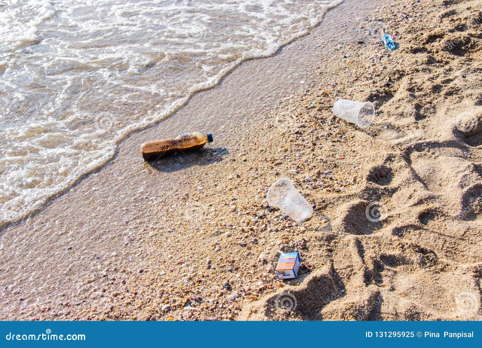 Le plastique et d autres déchets de pollution sont problème sur la plage à causé par beaucoup de destination de touristes populai