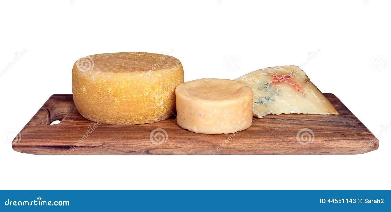 le plateau de fromages avec trois a assorti l 39 artisan fromages rustiques isolat photo stock. Black Bedroom Furniture Sets. Home Design Ideas