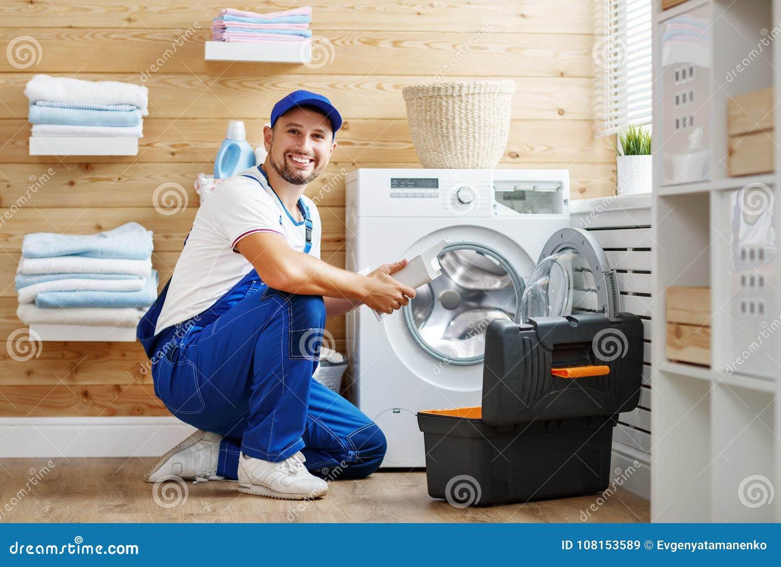 Le plombier d ouvrier répare la machine à laver dans la blanchisserie