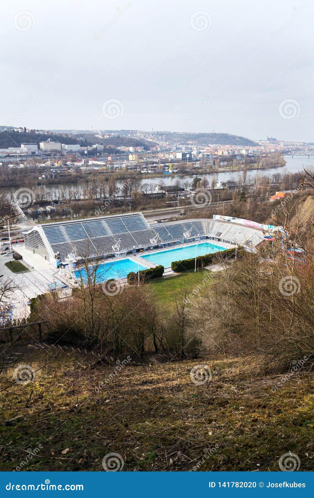 Le plus grand complexe de natation avec les piscines d intérieur et extérieures, la glissière d eau de toboggan et les tours de p