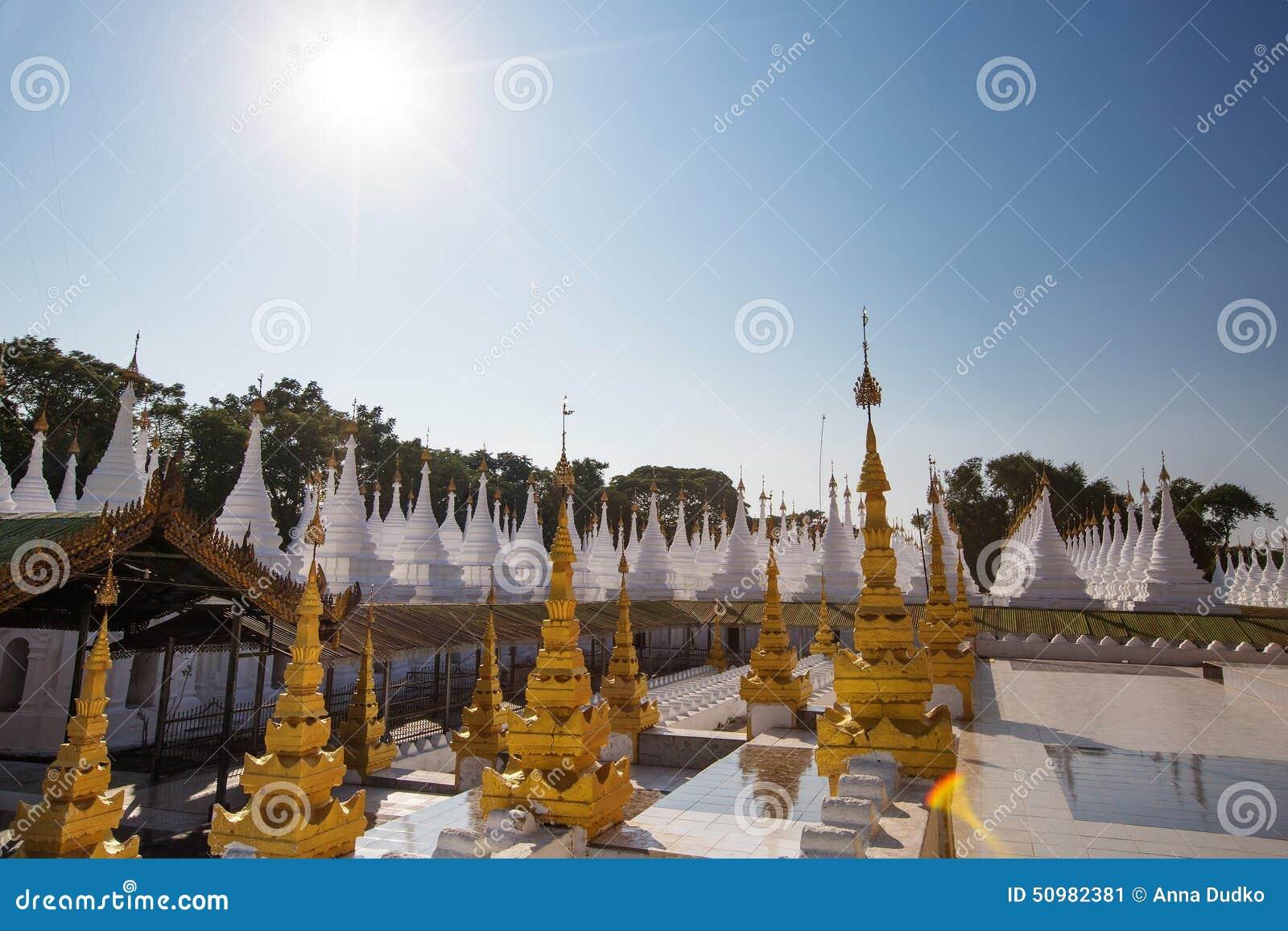 Le Plus Grand Livre Du Monde Image Stock Image Du Asie