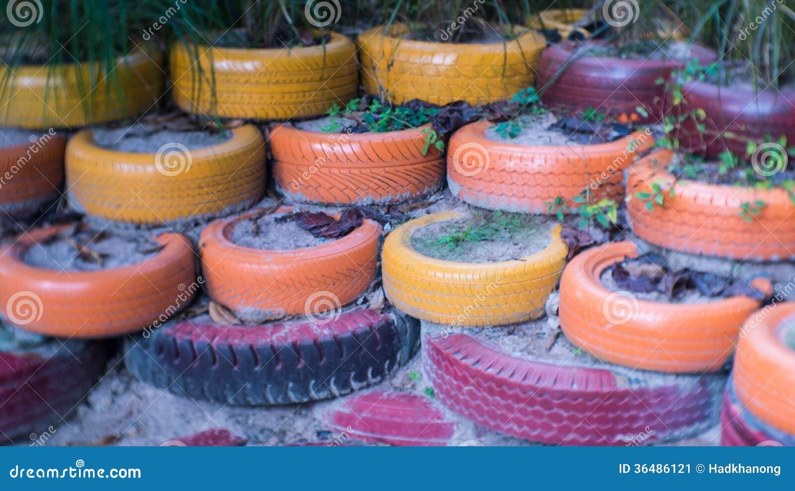 Le pneu utilis color avec l 39 usine image stock image 36486121 - Decoration jardin avec des pneus ...