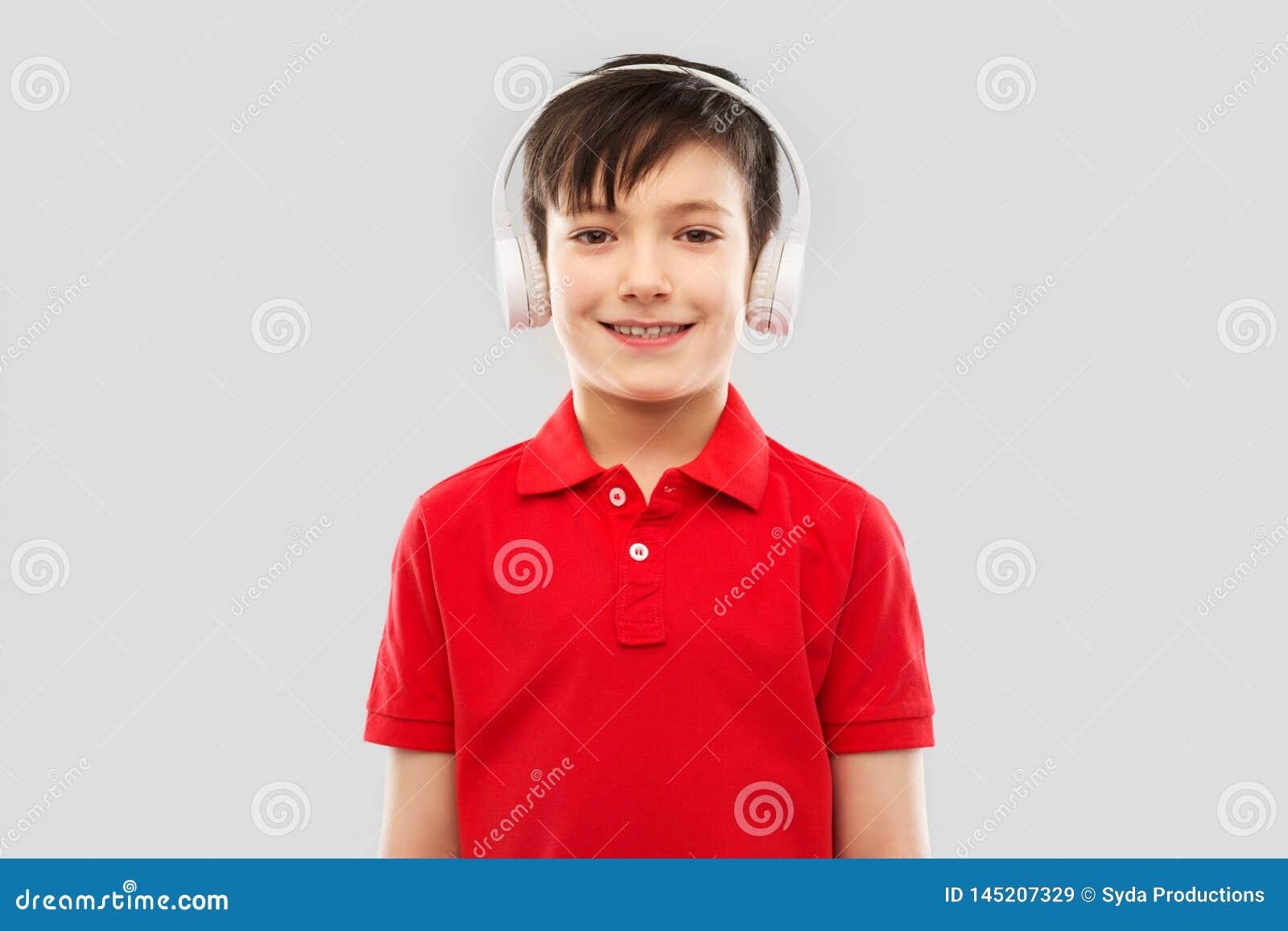 Le pojken i hörlurar som lyssnar till musik