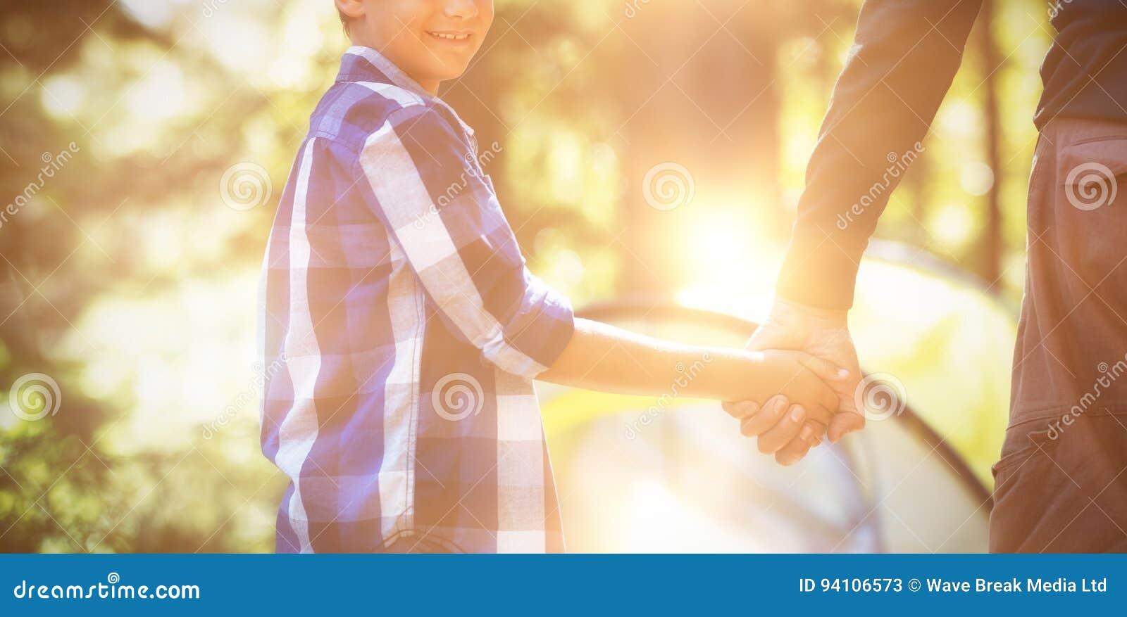 Le pojken med fadern som campar i skog