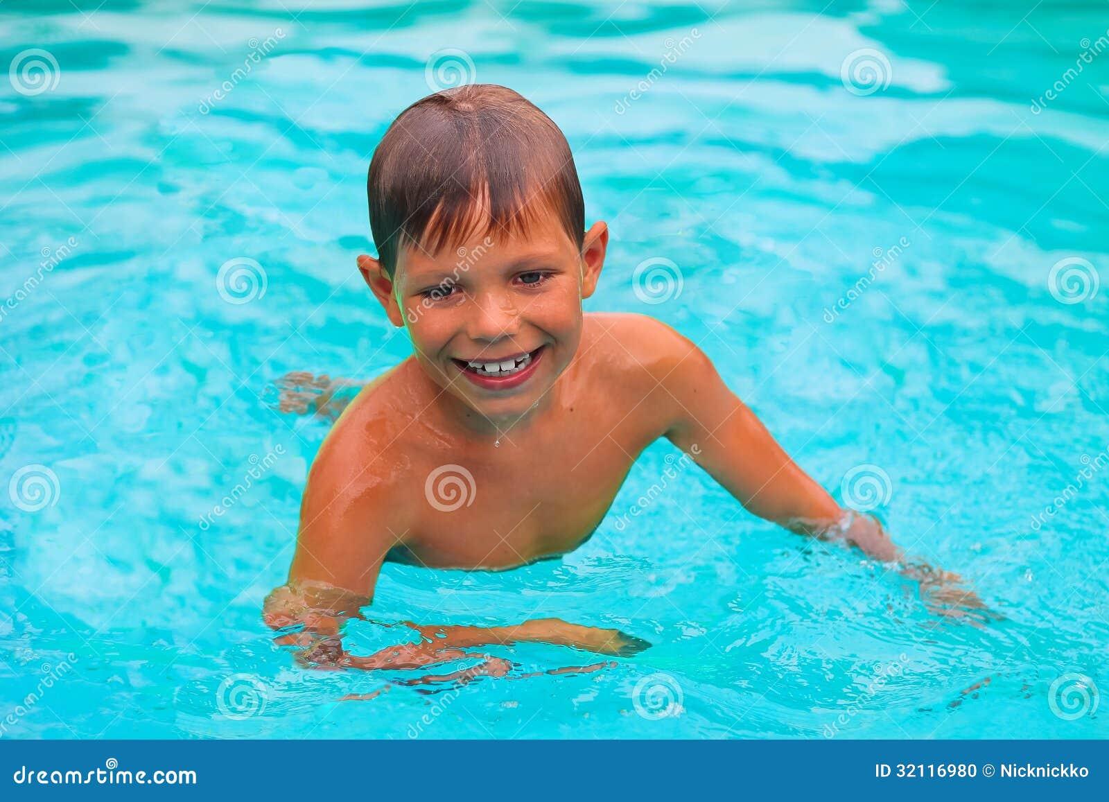 Le pojken simmar i pöl