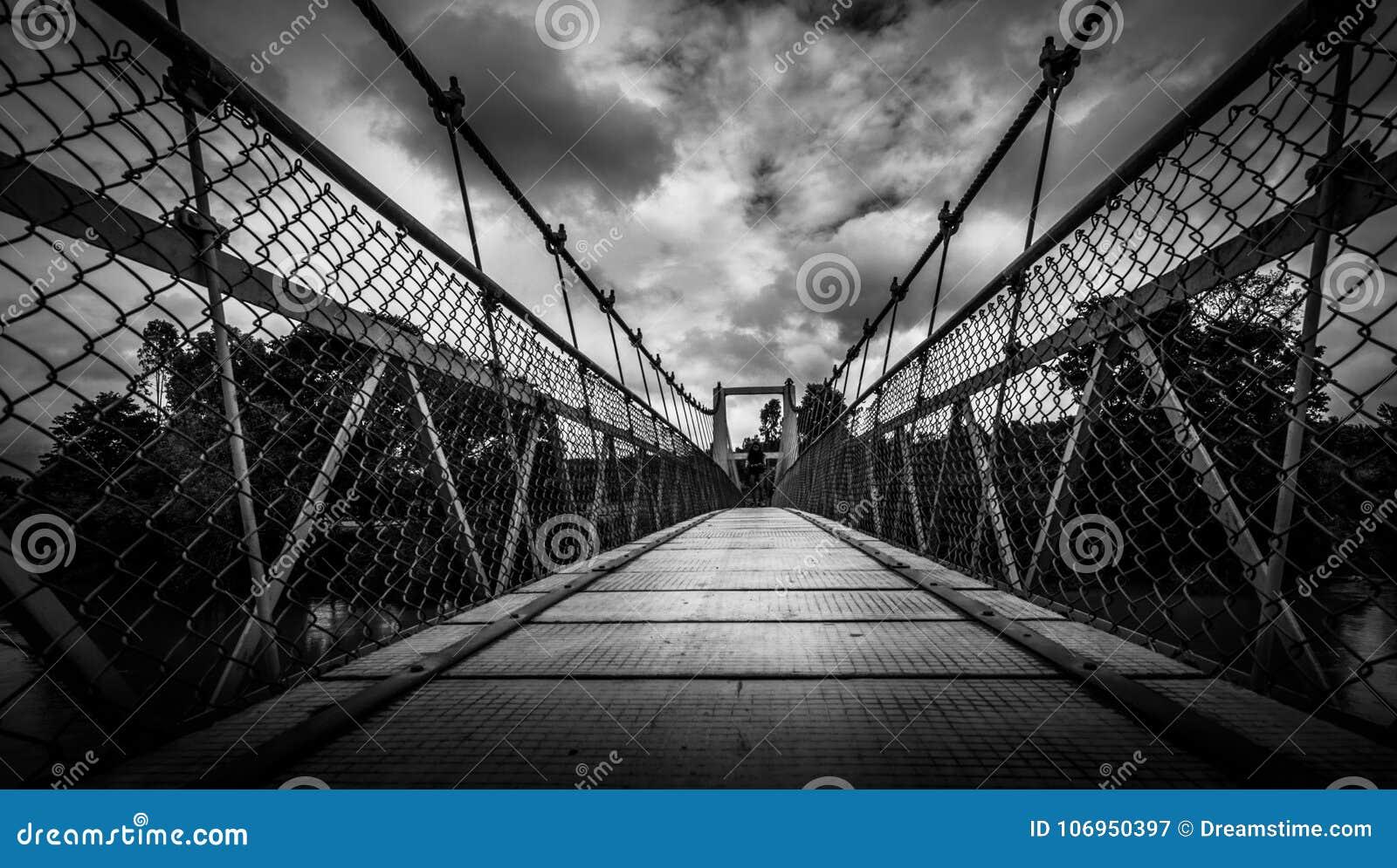 Le pont accrochant sur le chemin à Coorg