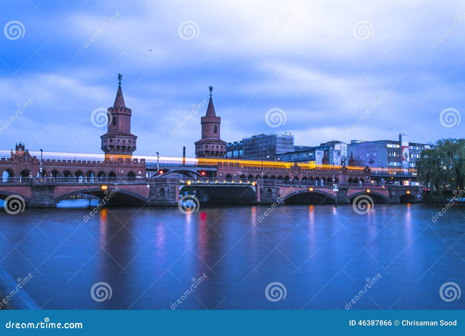 Le pont d Oberbaum en Berlin With Train Passing