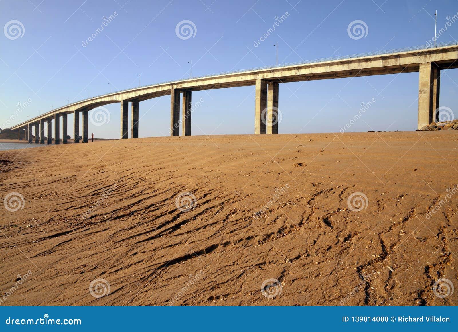 Le pont de Noirmoutier vu de la plage