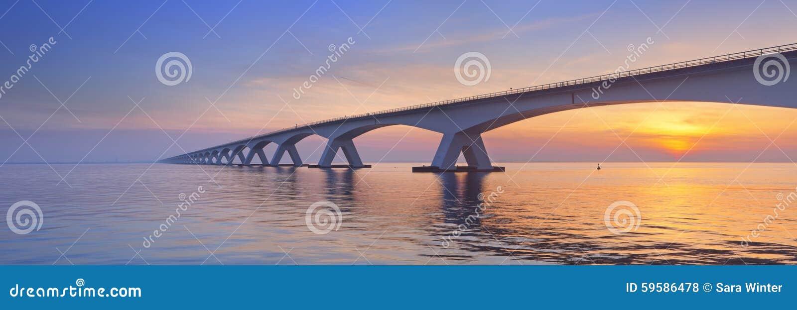 Le pont de Zélande en Zélande, Pays-Bas au lever de soleil