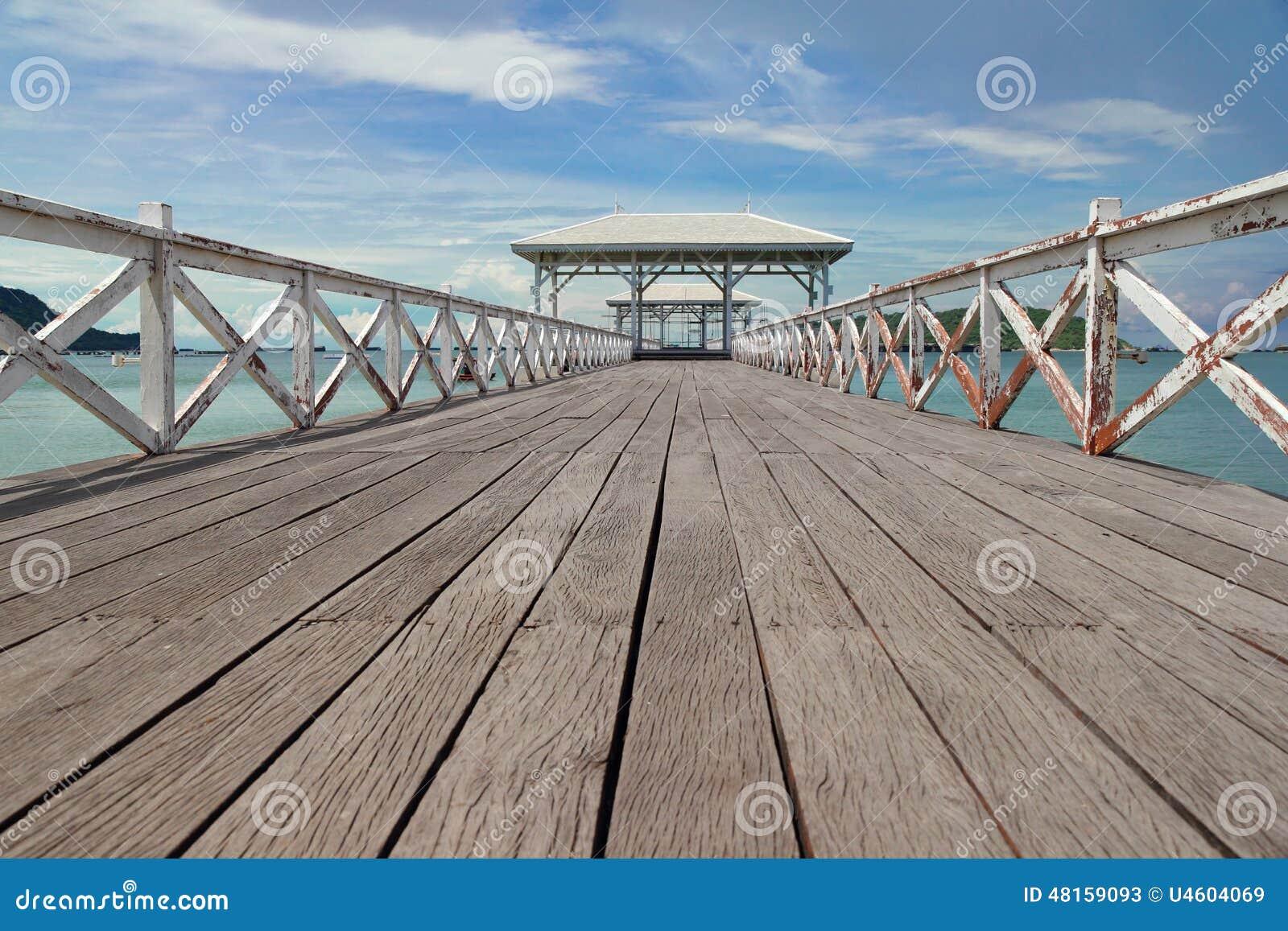 le pont en bois dans le pavillon de mer et de bord de mer en bois photo stock image 48159093. Black Bedroom Furniture Sets. Home Design Ideas