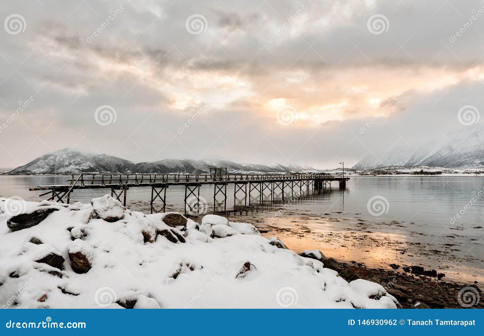 Le pont en fer dépasse dans la mer