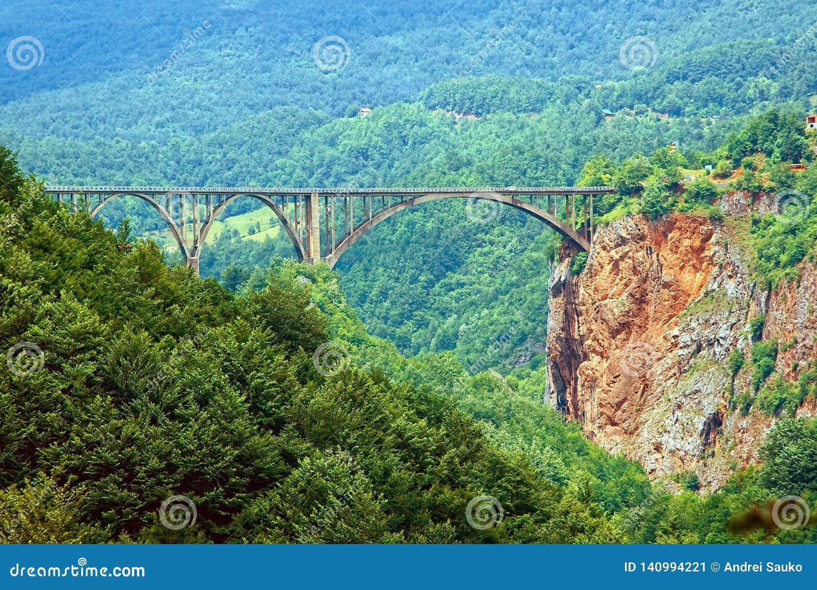 Le pont par la gorge montenegro