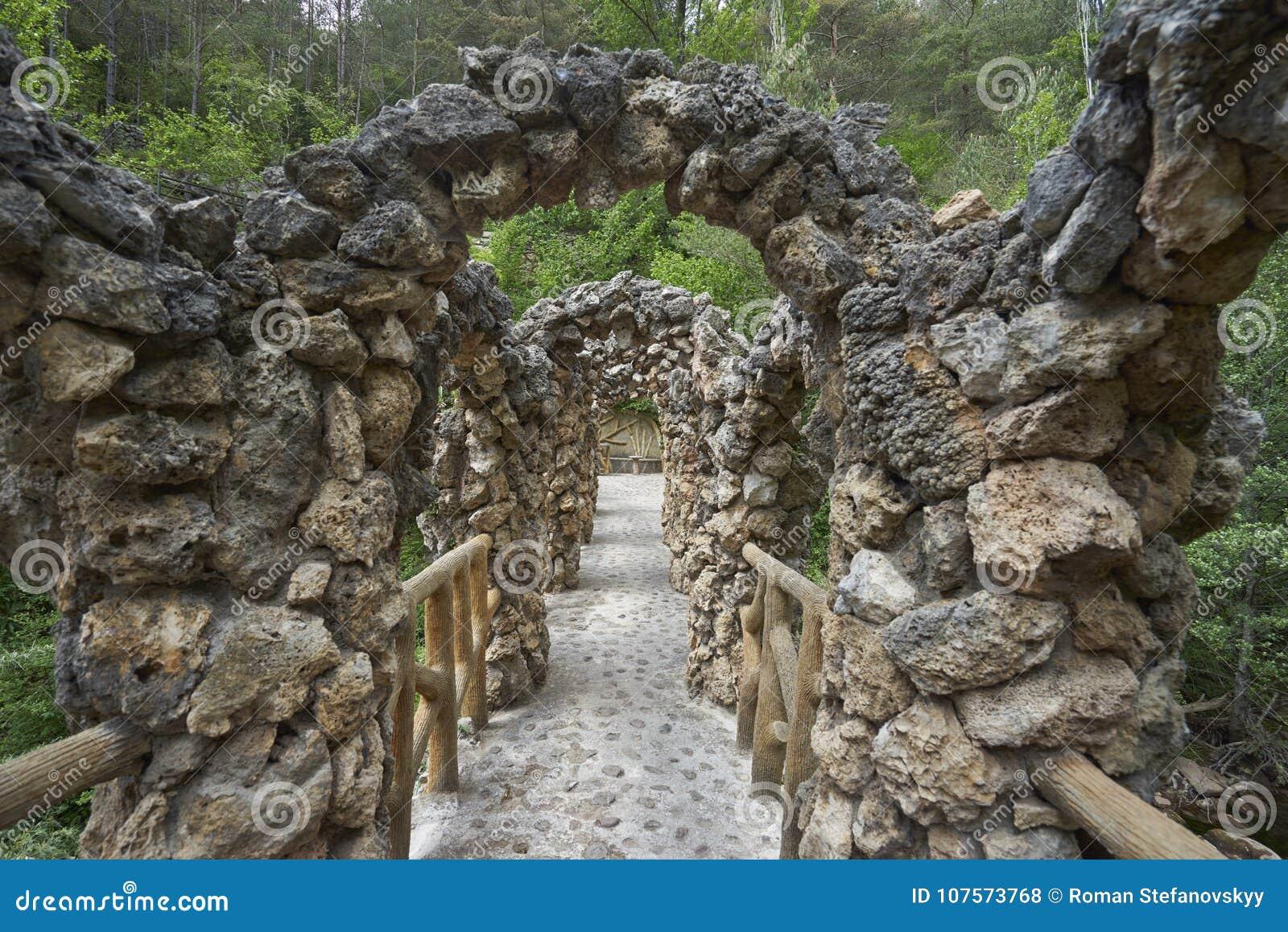 Le pont peu commun d Antoni Gaudi dans les jardins d Artigas