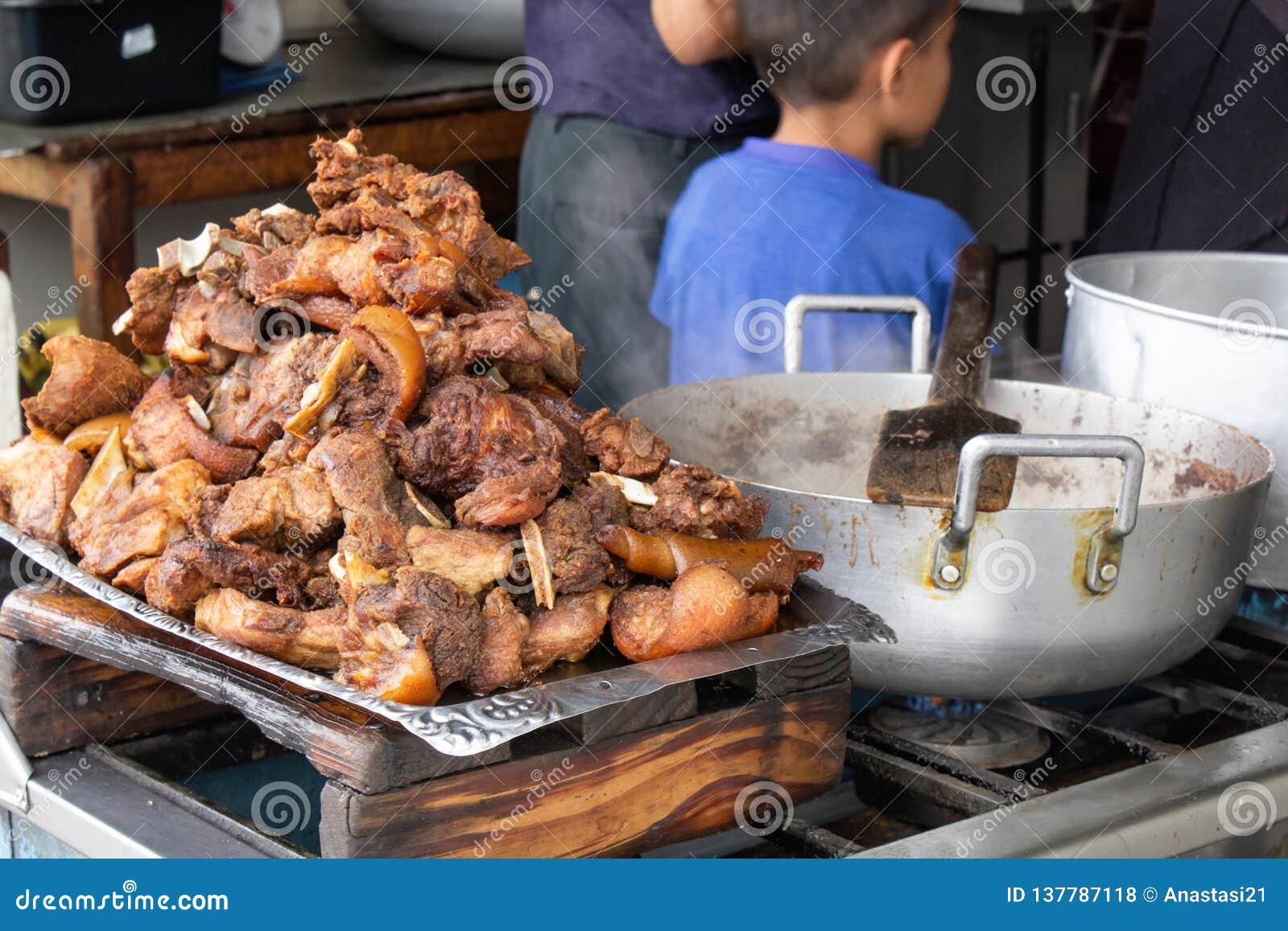 Le porc frit, frit sur la rue dans une cuve est le plat national des Indiens en Amérique du Sud
