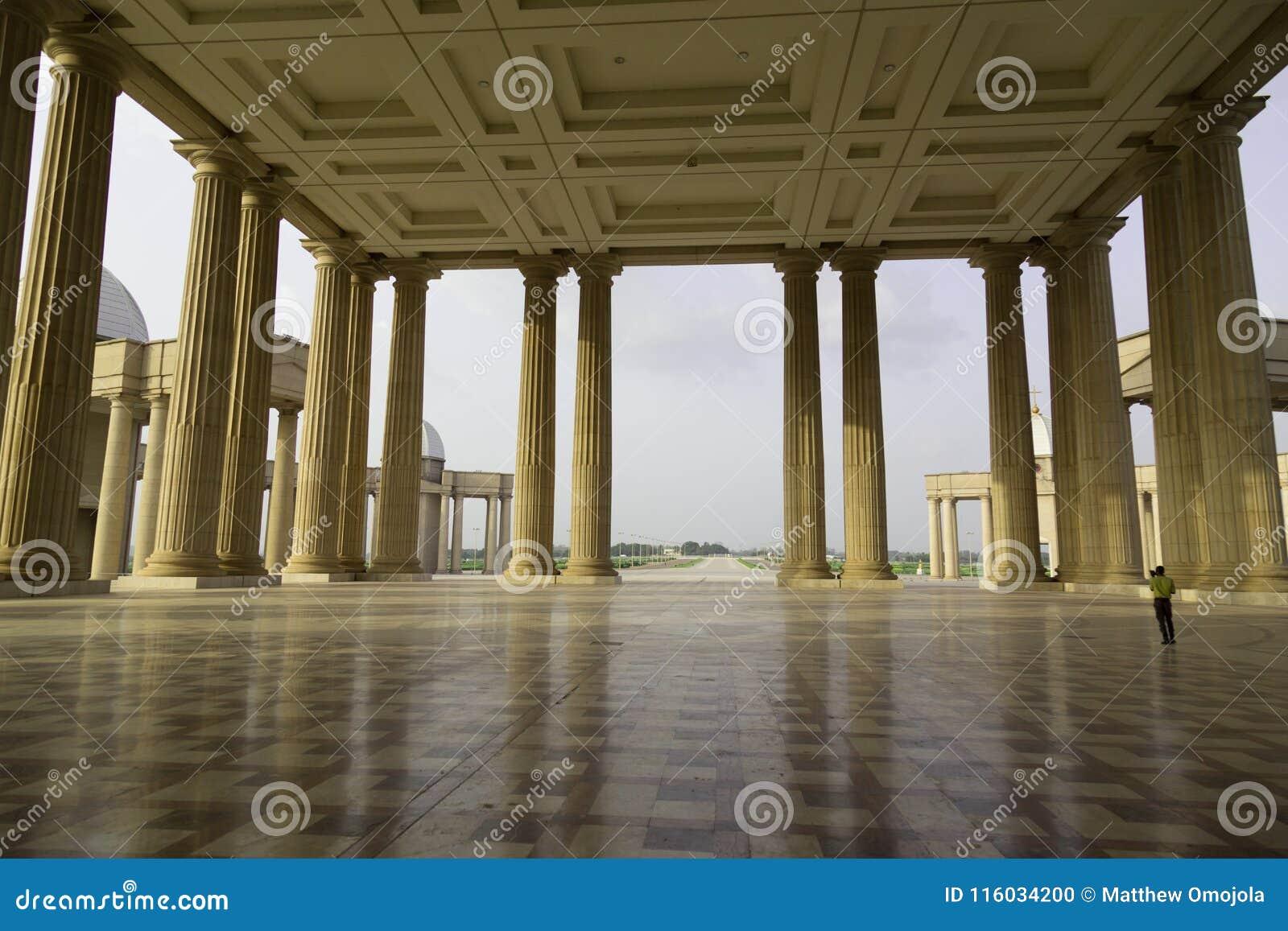 Le porche de la basilique de notre Madame de paix