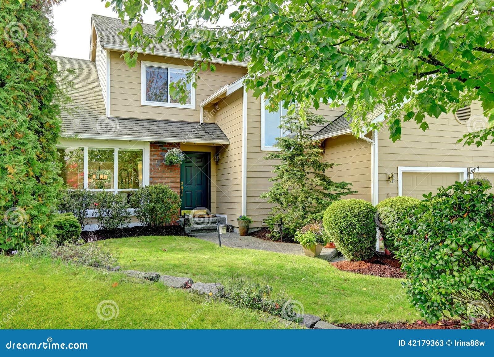 le porche et la restriction am ricains d 39 entr e de maison de brique en appellent photo stock. Black Bedroom Furniture Sets. Home Design Ideas