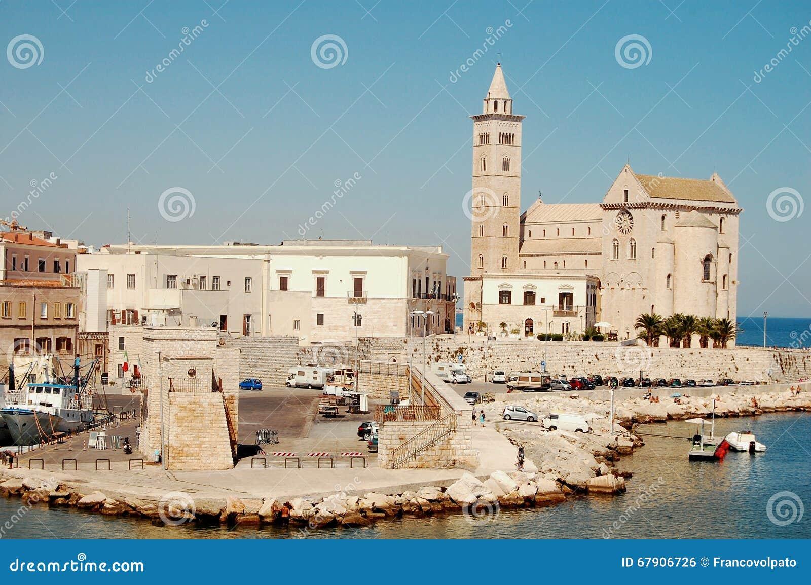 Le port et l 39 glise de trani pouilles l 39 italie photo - Port des pouilles ...