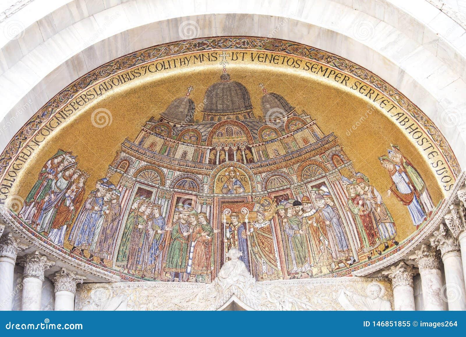 Le portail de St Alipio sur la cathédrale de St Mark