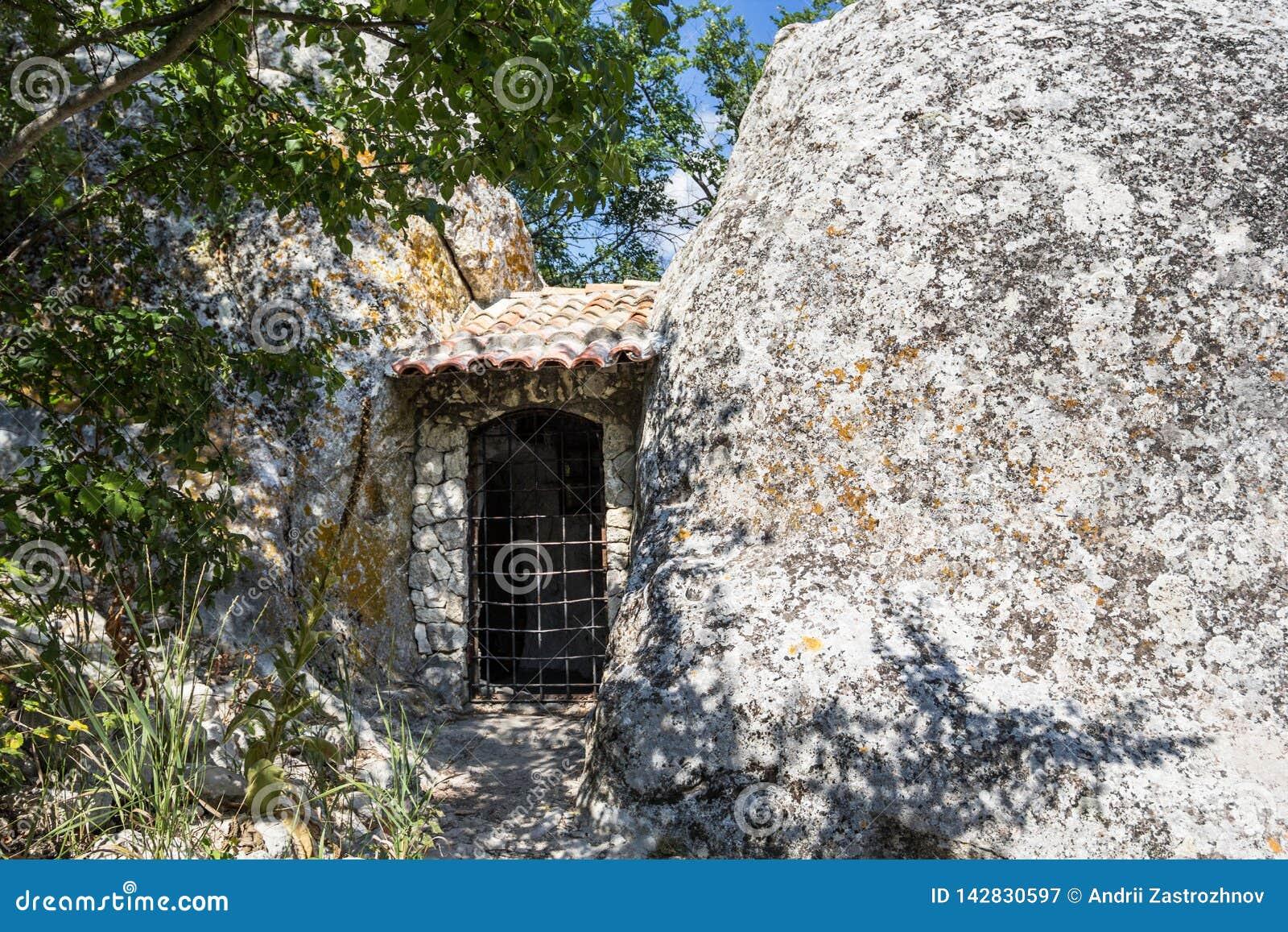 Le porte alla casa in una roccia pietra enorme nella priorità alta