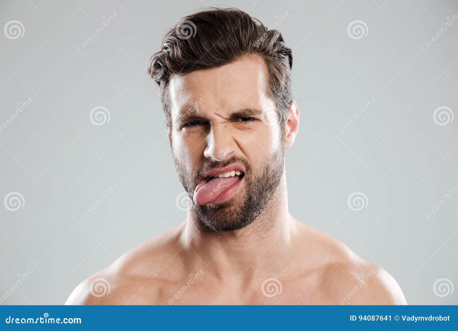 Homme Barbu Nu le portrait d'un renversement a irrité l'homme barbu nu montrant la
