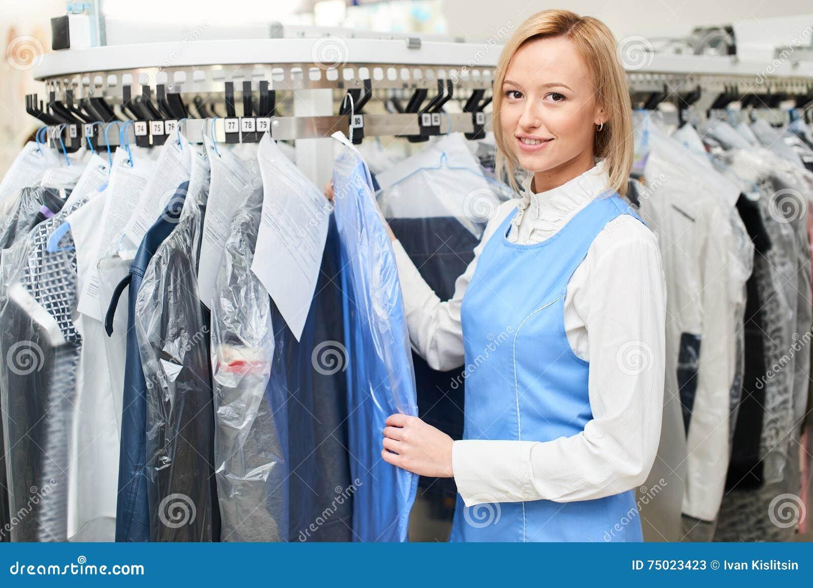 Le portrait d un travailleur de blanchisserie de fille sur le fond du manteau étire