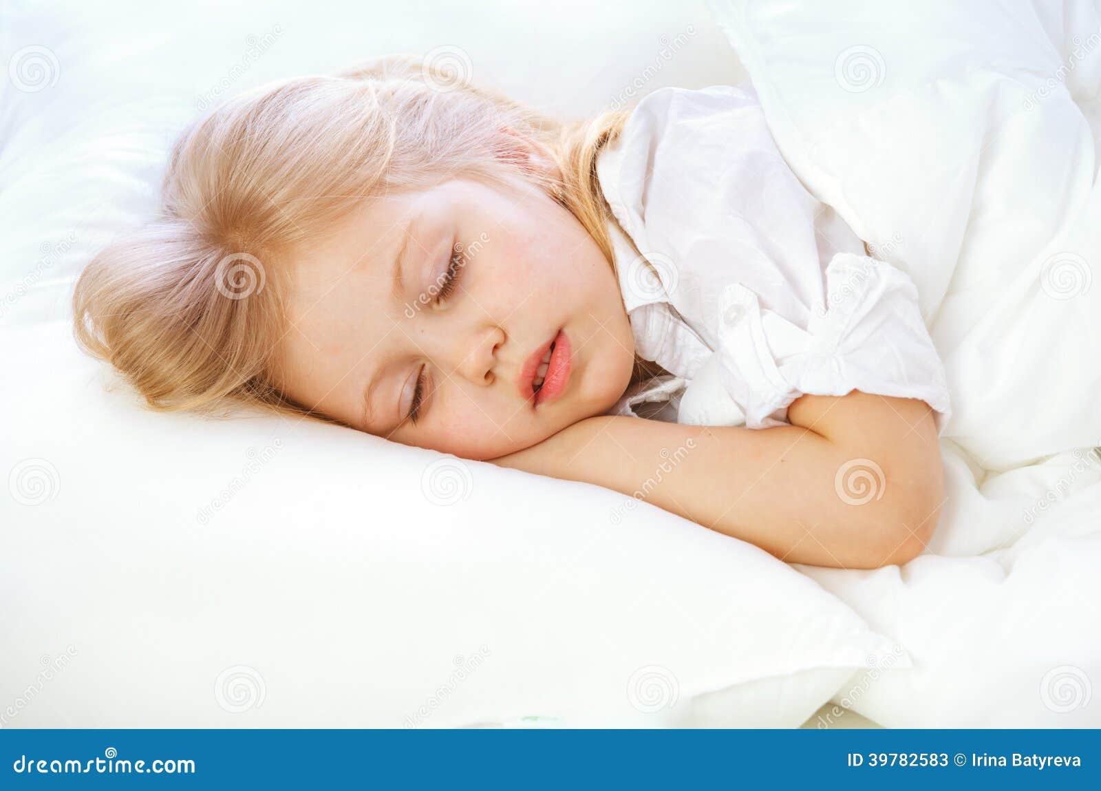 Le portrait d 39 une petite fille va au lit enfonce dort se repose photo stock image 39782583 - Repose livre pour lire au lit ...
