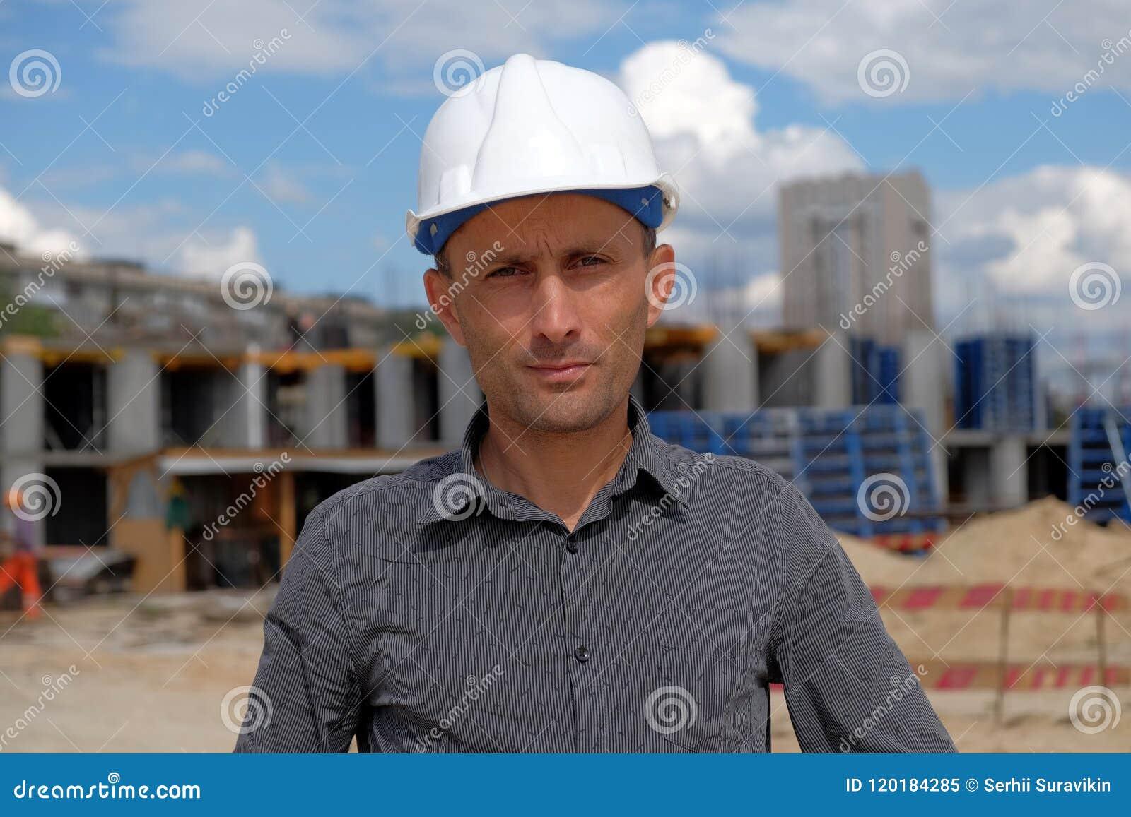 Le portrait de l agent de maîtrise dans le casque blanc