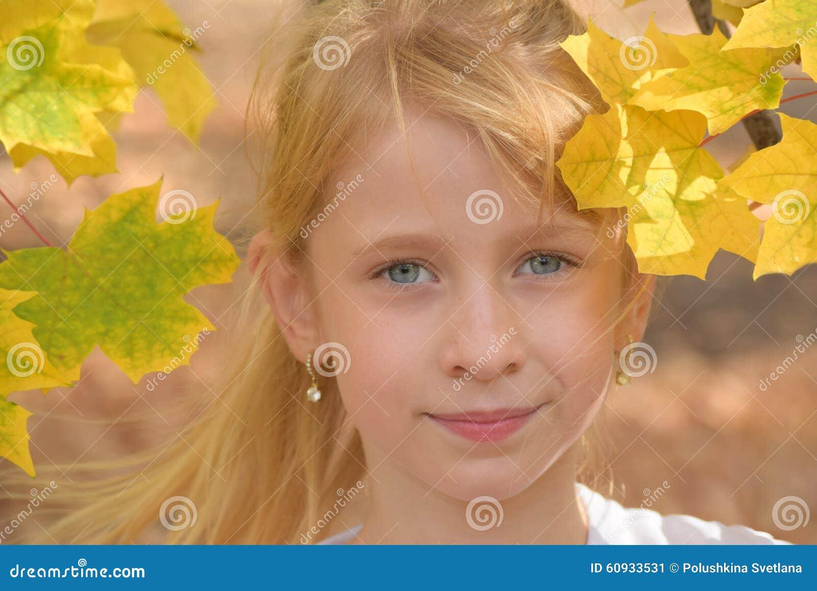 Le Portrait De L Enfant Dans Des Feuilles D Automne Stock Photos - 76 Images 0377a89ea60