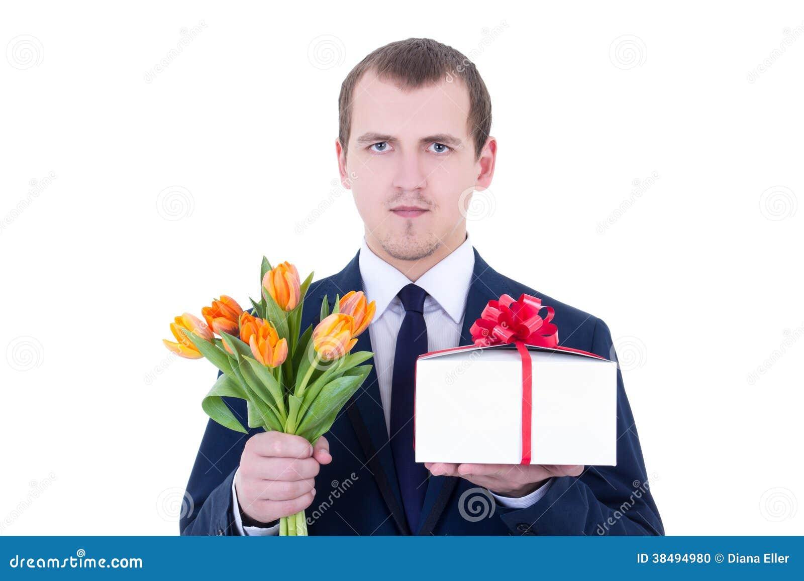le portrait de l 39 homme romantique tenant le bo te cadeau et les fleurs a isol o photo stock. Black Bedroom Furniture Sets. Home Design Ideas