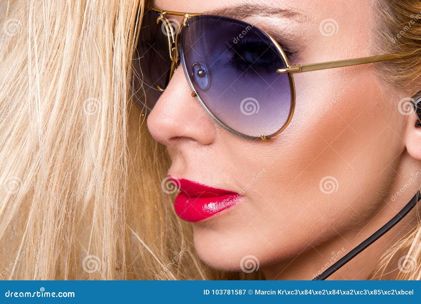 Le portrait de la belle femme avec un visage parfait, des yeux étonnants et une peau veloutée lisse de smokey sensuel de maquilla