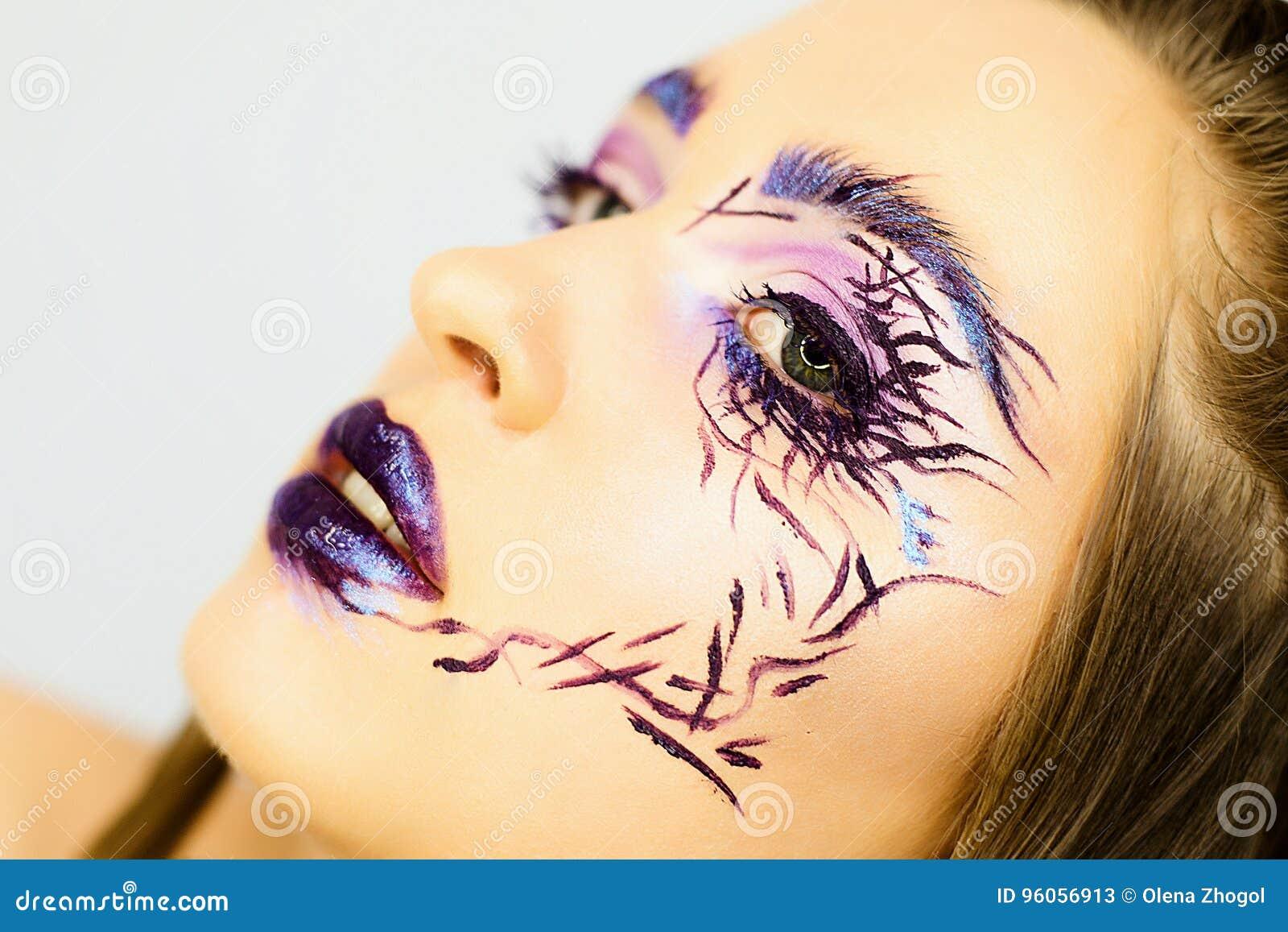 Le portrait de la belle fille avec créatif composent