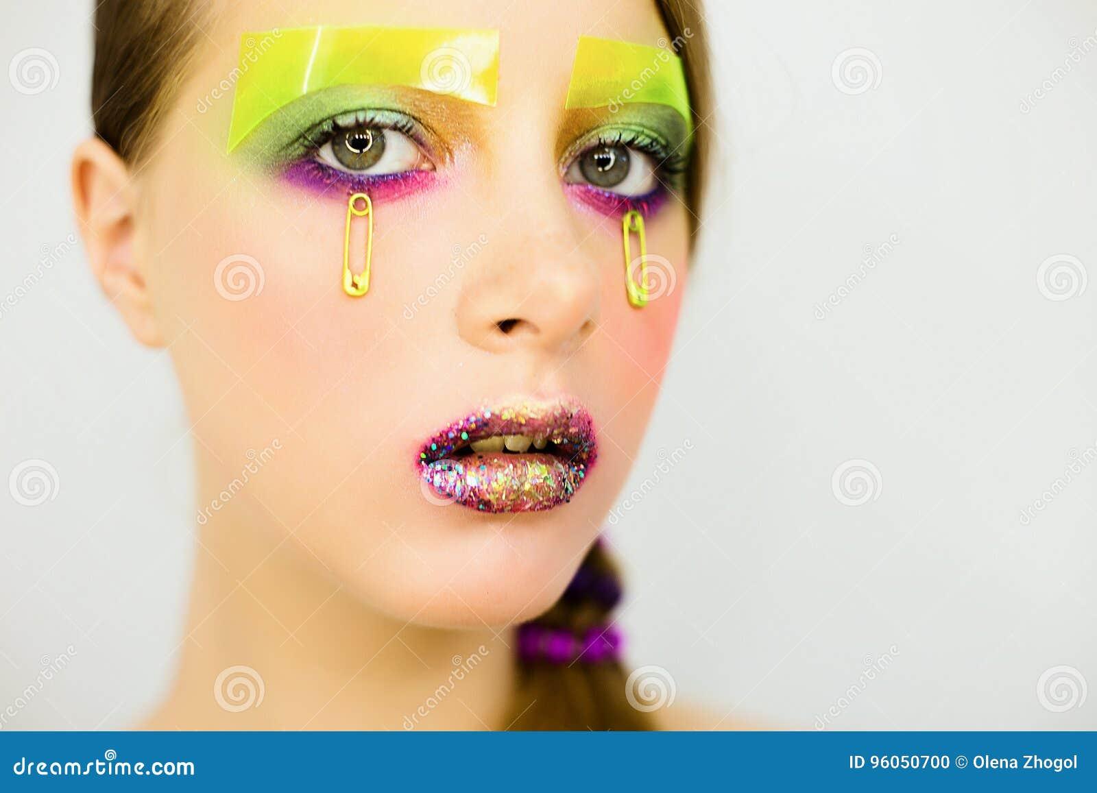 Le portrait de la belle fille avec créatif composent avec des scintillements