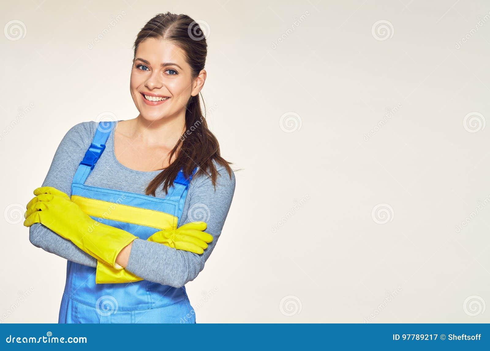 Le portrait de la femme de sourire a habillé un uniforme plus propre avec a croisé a