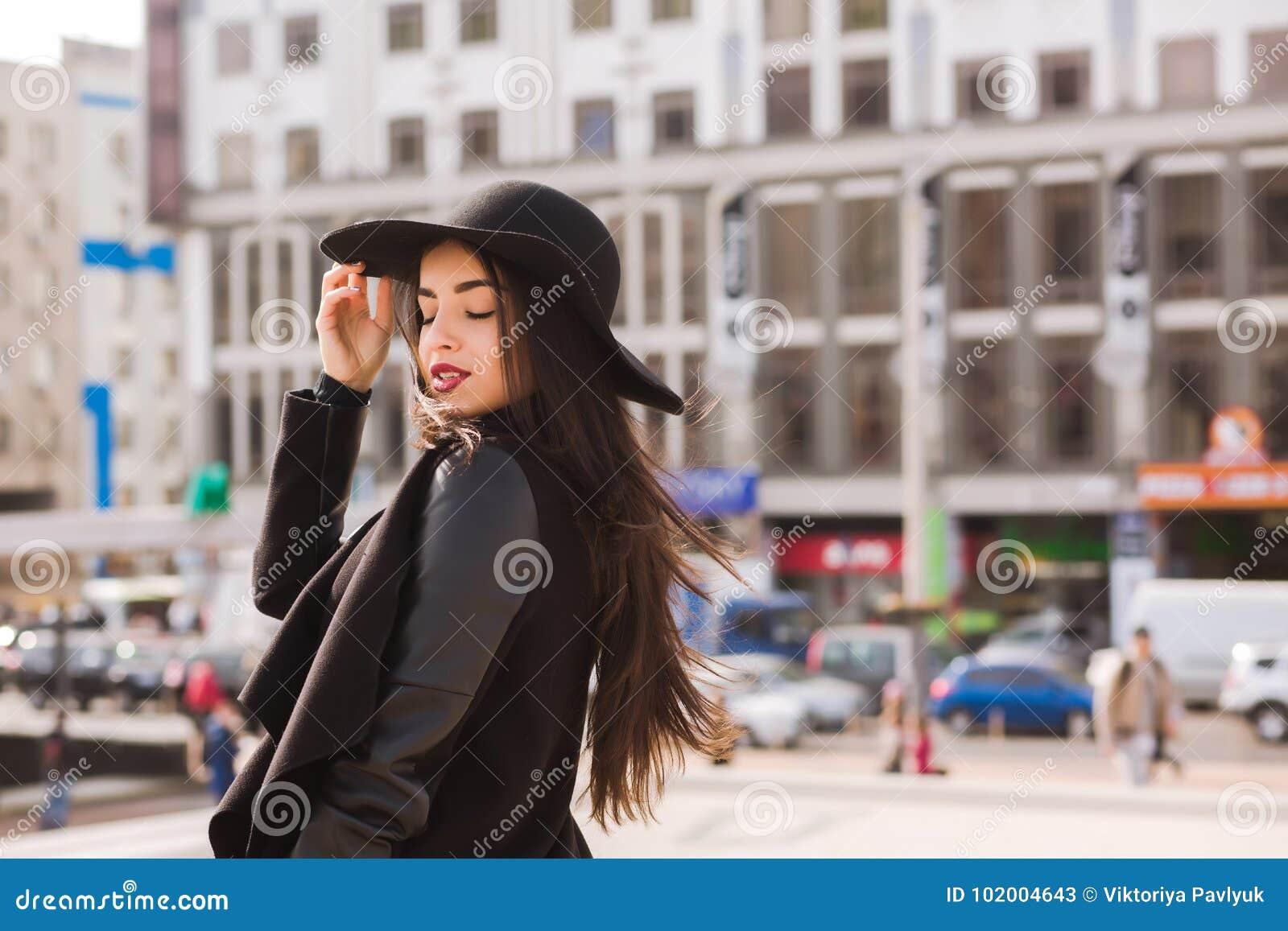 Le portrait de mode du jeune joli modèle utilise le chapeau à large bord L